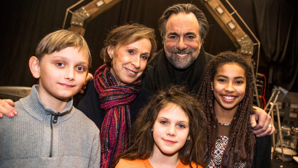 Eva Rydberg och Rikard Wolff tillsammans med barnen Vincent Wettergren, Monna Orraryd och Naima Palmaer. Foto SVT.