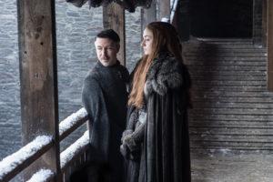 """Aidan Gillen som Petyr """"Littlefinger"""" Baelish och Sophie Turner som Sansa Stark."""