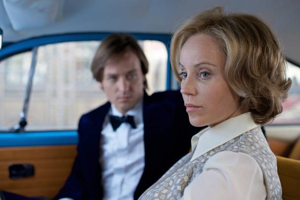 """Lars Weber (Tom Schilling) och Lauren Faber (Sofia Helin) i """"Berlin – under samma himmel""""."""