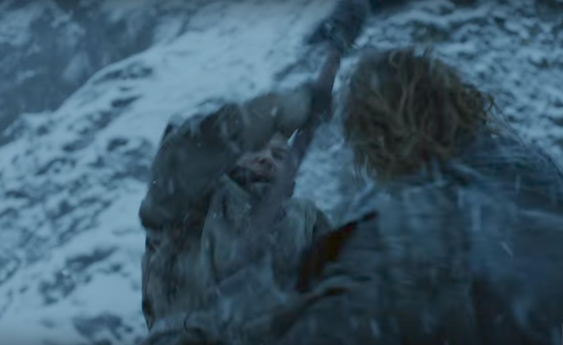 Gendry slåss mot en wight med rejäl hårman (blev först rädd att det kunde vara Tormund som omvandlats, men det finns väl fler håriga fd wildings...)