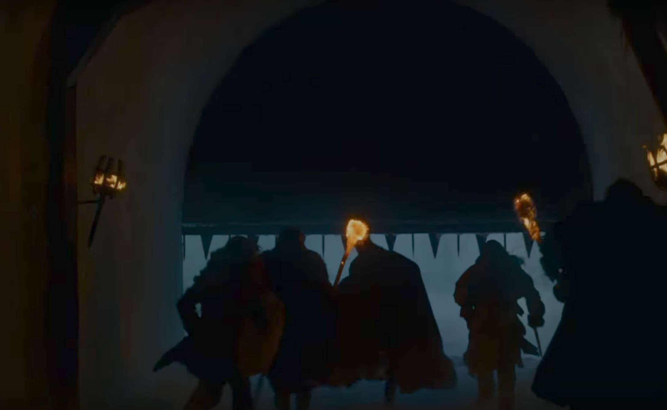 Vad betyder detta? Har några begett sig tillbaka till muren för att hämta eld? Ser ju ut som att de är på väg ut i kylan igen....