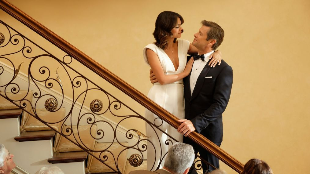 "Grant Show och Nathalie Kelley i ""Dynasty"". Foto: The CW."