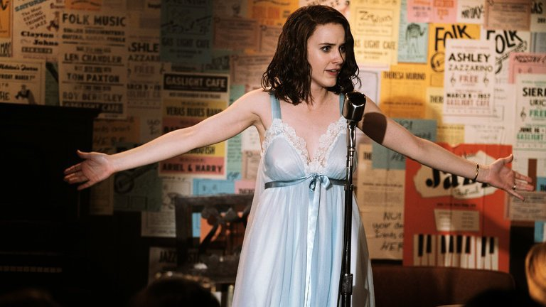 "Rachel Brosnahan i ""The marvelous Mrs. Maisel"". Foto: Amazon."