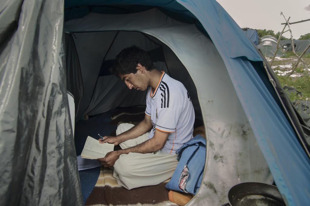 Mahmoodijan Ahmad i sitt tält vid migrantlägret i Calais.