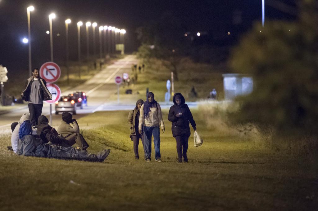 Varje kvŠäll gåŒr migranterna 2,5 timme från lägret mot tunneln dŠär de föšrsšöker hoppa påŒ tŒåg och lastbilar som Œåker till England.