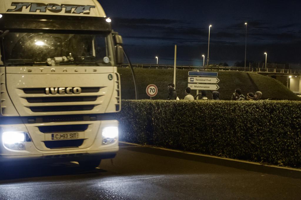 Varje kväŠll gåŒr migranterna 2,5 timme från lägret mot tunneln däŠr de fšörsöšker hoppa påŒ tåŒg och lastbilar som åŒker till England.