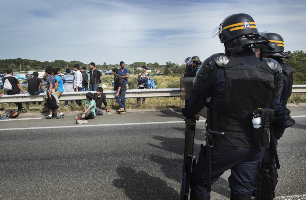 Fransk kravallpolis vaktar vŠägen utanfšör flyktinglŠägret.