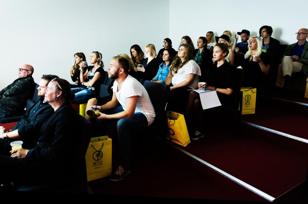 """Pressvisning av första avsnittet av nya säsongen av """"Paradise Hotel"""". Aftonbladets utsända reportrar sitter längst bak. Foto: Ola Axman"""