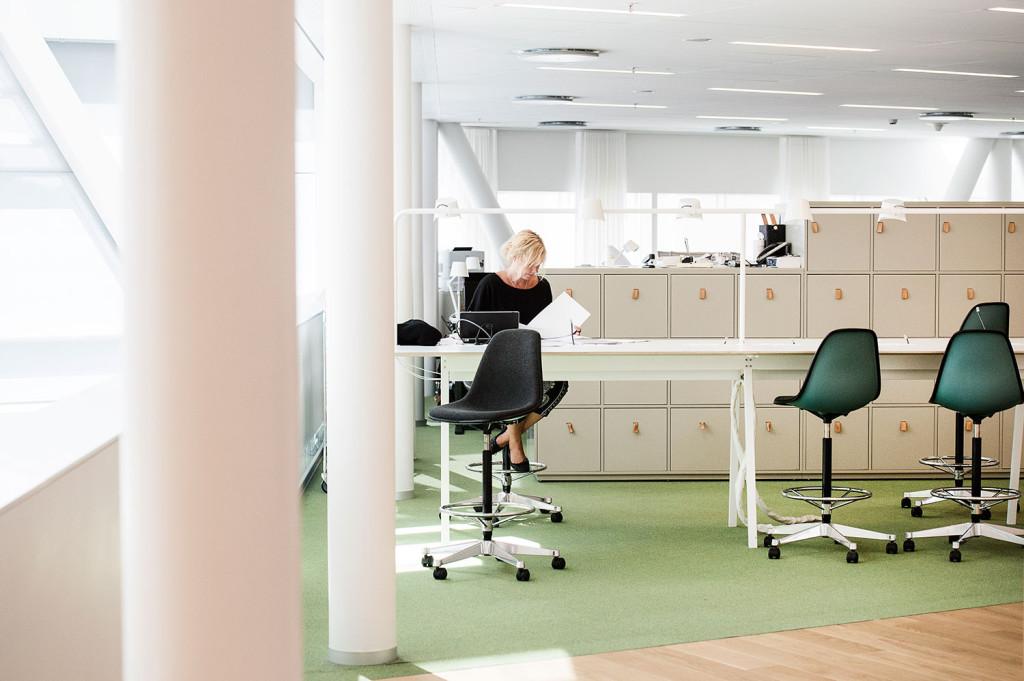 Swedbank räknar med att 30 procent av arbetsstyrkan inte är på plats dagligen. Alla har dock ett personligt skåp. Foto: Ola Axman