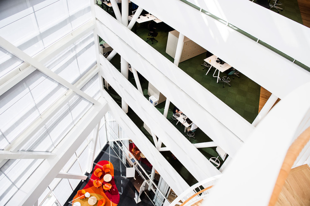 Swedbanks huvudkontor i Sundbyberg. Huset är designat efter eken med jordiga färger längst ner och mer grön och ljusa färger ju högre upp du kommer i huset. Foto: Ola Axman