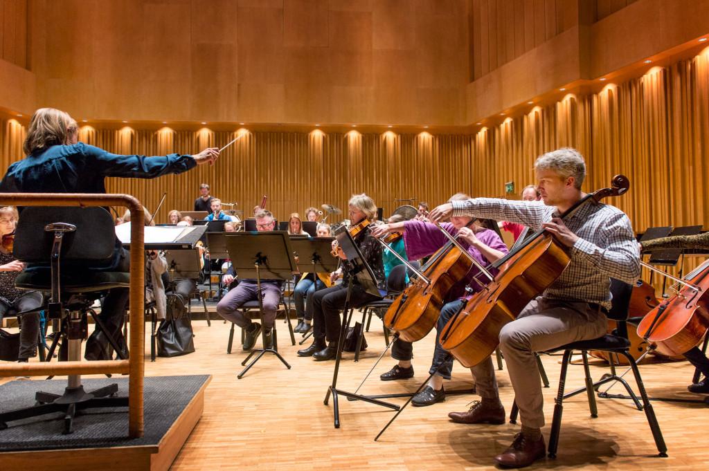 Västerås Sinfonietta repeterar tillsammans med den brittiska dirigenten Andrea Quinn. Foto: Jonas Bilberg