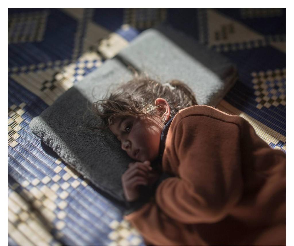 AZRAQ, JORDANIEN. Femåriga Tamam är rädd för sin kudde – det är ju när hon sover som bomberna faller. Varje kväll när det är dags att lägga sig kommer tårarna.
