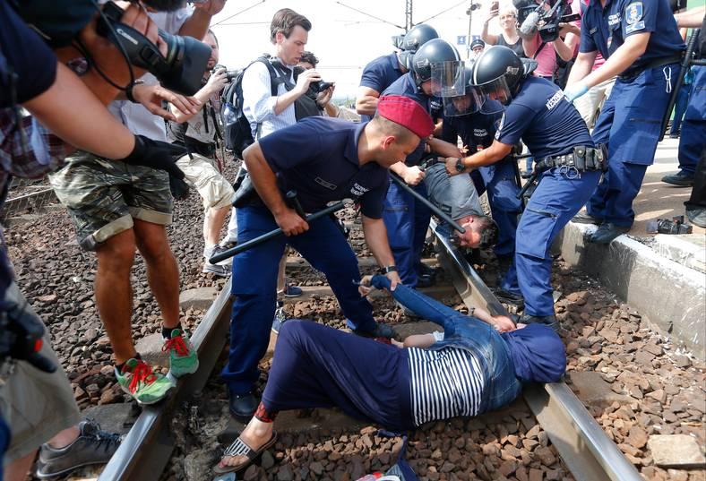 Kaotiska scener utspelade sig i staden Bicske sedan polisen stoppat och tömt ett tåg med migranter. Foto: REUTERS
