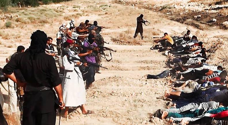 Filmad massaker. Strax efter att den här bilden tas nära Tikrit i Irak skjuts runt 190 människor ihjäl av Islamiska staten. Mord, tortyr och sexslaveri är vanligt i IS skräckvälde.
