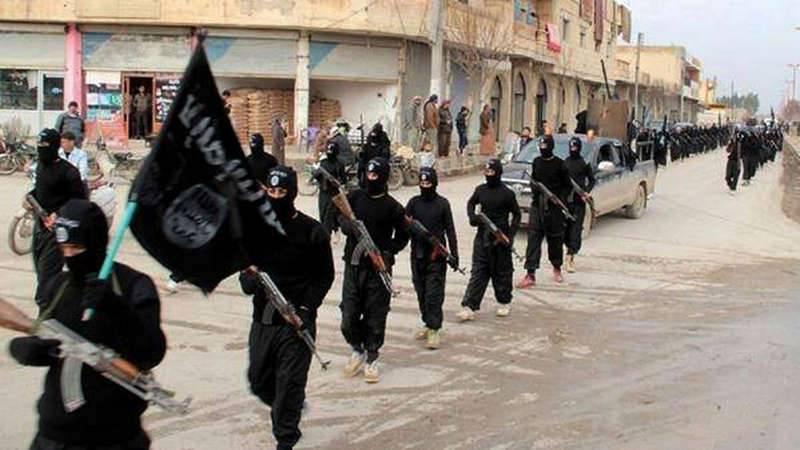 Islamiska staten (IS) har etablerat ett skräckvälde i delar av Syrien. Här medlemmar på marsch genom Raqqa. Foto: AP TT NYHETSBYRÅN