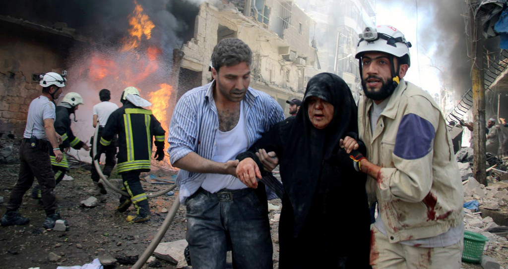 Minuterna efter ännu en flygattack i Syriens största stad Aleppo, juni 2016. Foto: AP