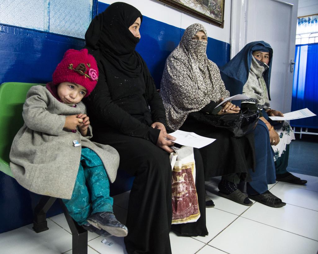 Lilla Lida, 3, i väntrummet på Marie Stopes klinik i Kabul.