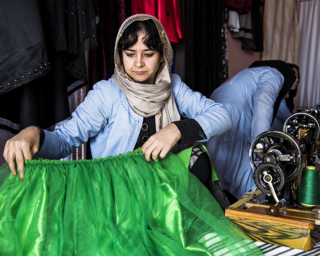 Klänningarna säljs för 1000 afghani (ungefär 130 kronor) styck.