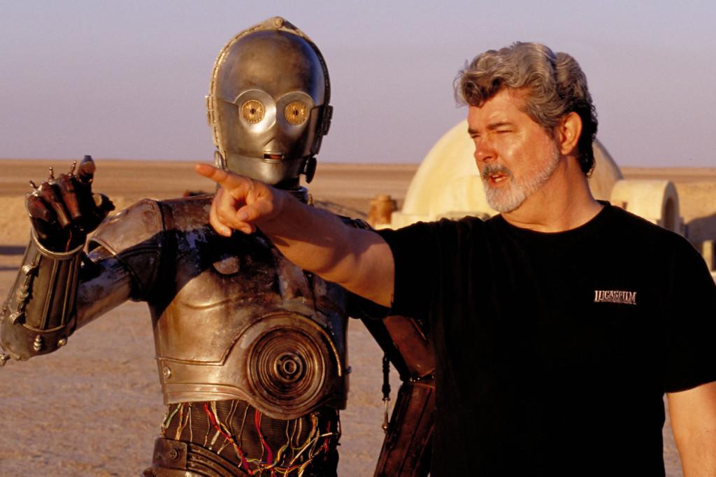 """George Lucas regisserar skådespelaren Anthony Daniels, som spelar roboten C-3PO, i """"Star wars II – Klonerna anfaller"""", på inspelningsplatsen i den tunisiska öknen. Foto: AP"""