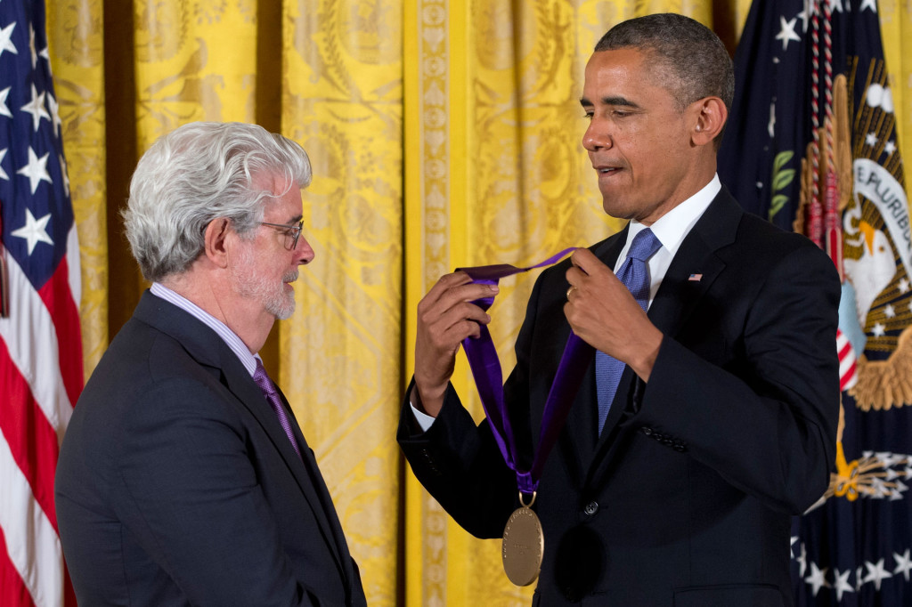 "President Barack Obama delar ut priset ""National medal of arts"" till George Lucas under en ceremoni i Vita huset i juli 2013. Foto: AP"