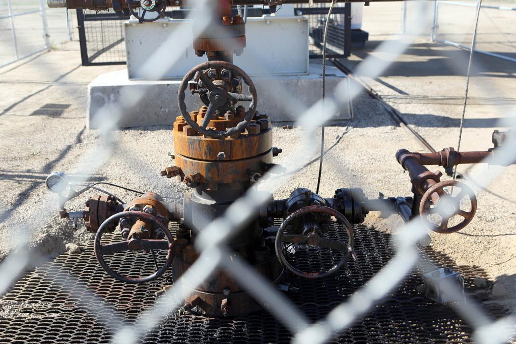 Olja läcker ur brunnen.