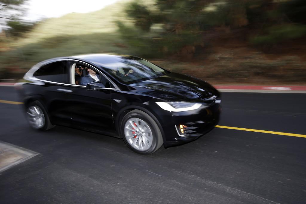 Elbilen Tesla finns redan på marknaden och har blivit den verkliga statusbilen. Foto: AP