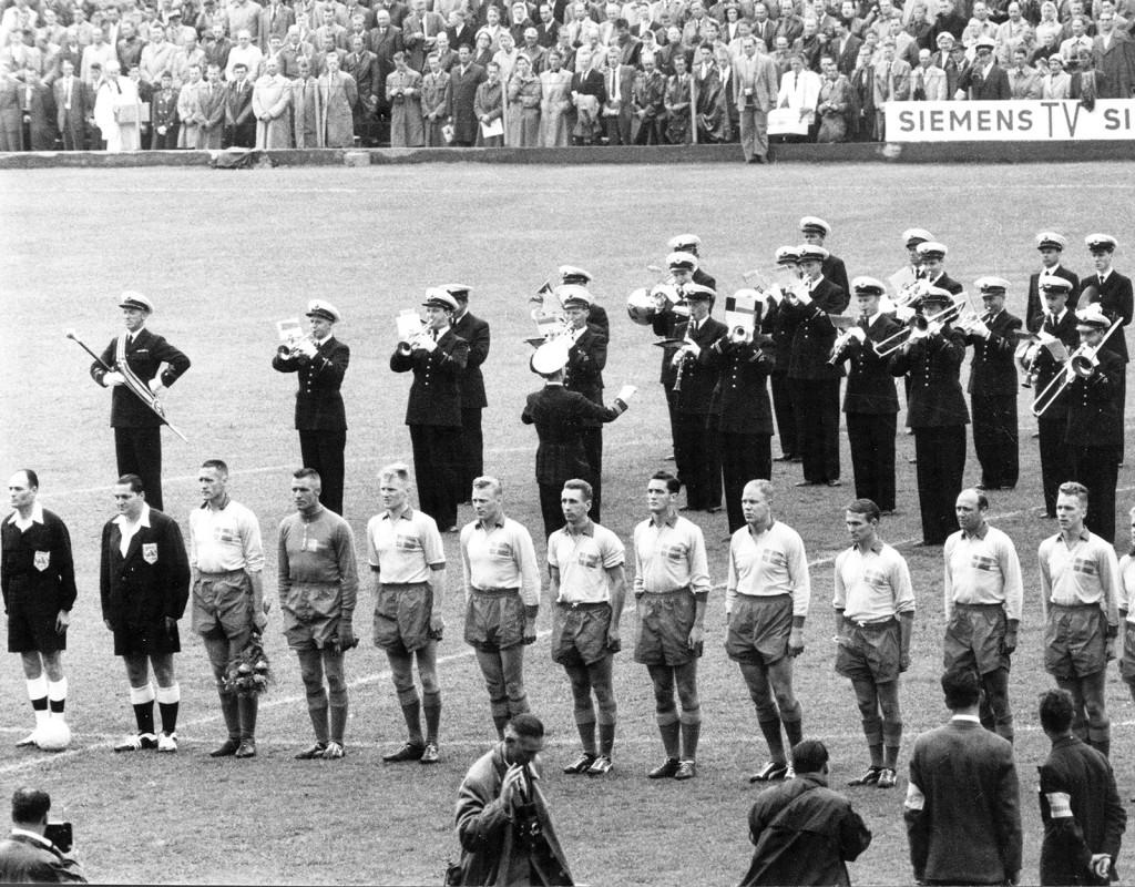 Landslaget står uppställt inför matchen mot Brasilien på Råsunda 1958.