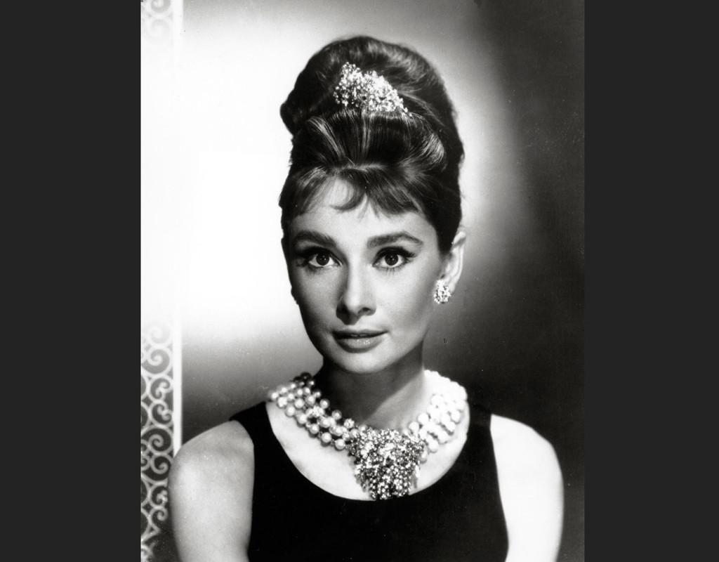Många accessoarer. Här är Audrey Hepburn i lyxiga varianter.