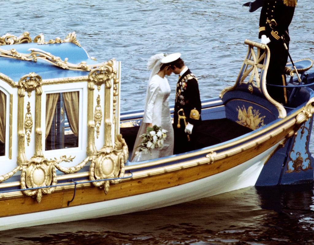 Carl XVI Gustaf, kung Sverige och Silvia Sommerlath, Tyskland, gifter sig i Storkyrkan, i Stockholm den 19 juni 1976. Hon var iklädd en brudklänning från Dior och bar samma kamédiadem som kungens mamma, prinsessan Sibylla. Fotograf: AFTONBLADET