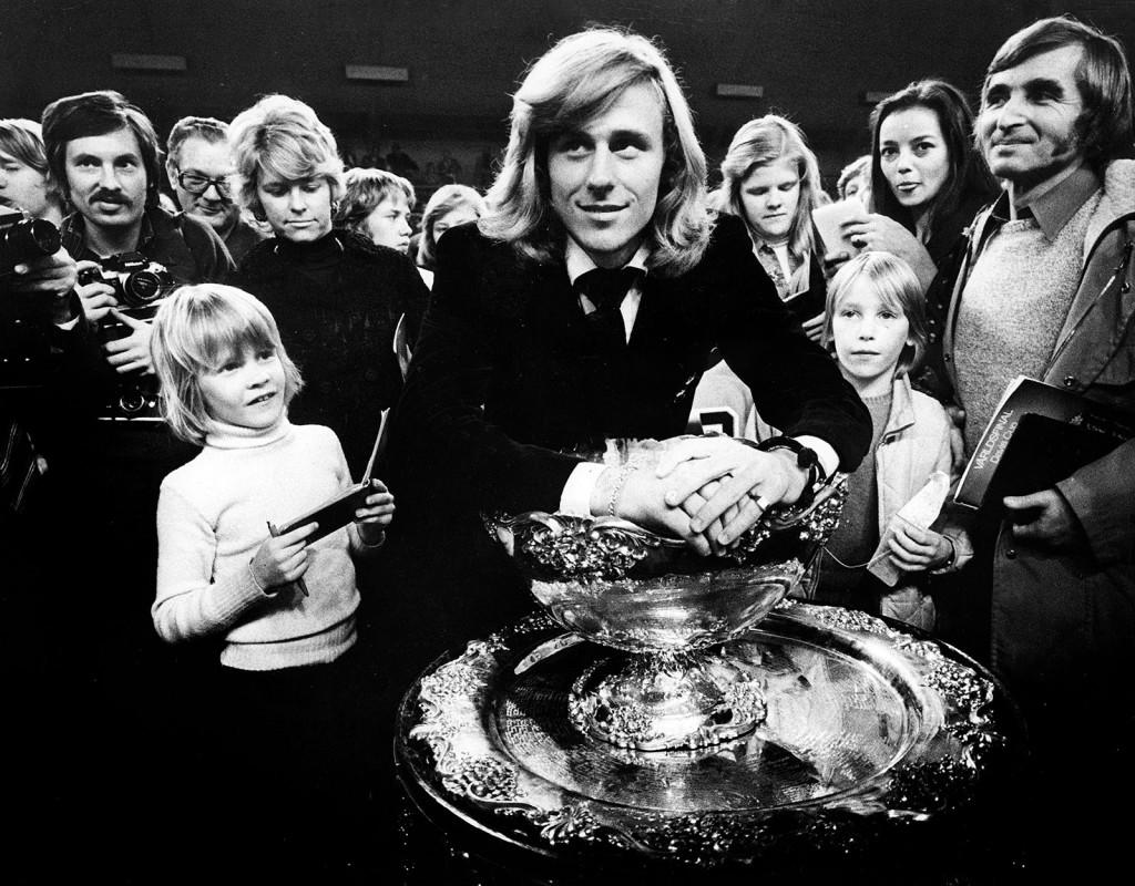 Davis Cup 1975. Björn Borg har precis vunnit mot Tjeckoslovakien, med 3-1. Sveriges första Davis Cup-seger. Här visar han nöjd upp segerpokalen. Fotograf: ROLF PETTERSSON