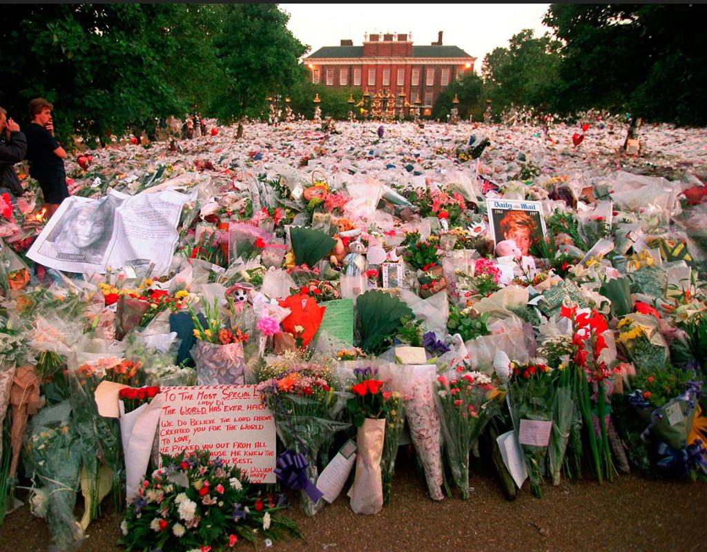 Prinsessan Dianas död, 1997 kom att bli en världsnyhet. Hon sörjdes av miljoner. Här syns blomhavet vid Kensington Palace, i London. Foto: AP