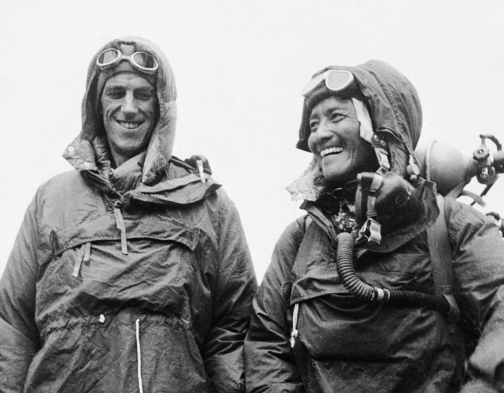 Siktade högs och, först. Nyzeeländaren Sir Edmund P Hillary tillsammans med sherpan Tenzing Norgay. Den 29 maj 1953 blev bergsbestigarna de första som man med säkerhet vet har tagit sig till toppen av jordens högsta berg – Mount Everest. Foto: AP