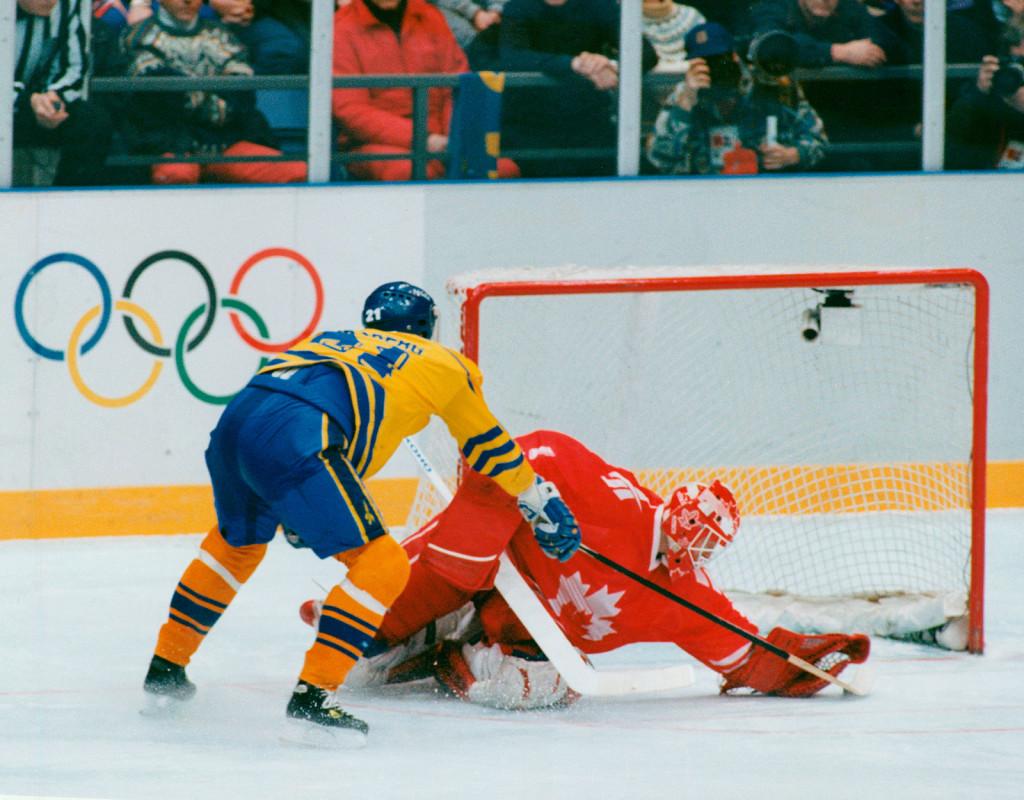 """Sverige vann OS-guld i Lillehammer, Norge 1994. Här lägger Peter Forsberg """"Foppa"""", in sin sista straff bakom Corey Hirsch i Kanadamålet. Foto: Urban Andersson"""