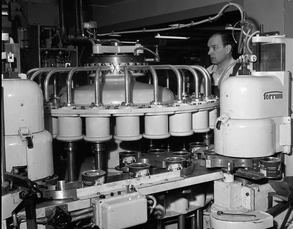 Kaffereportage i Gröndal. 1958 är Aftonbladet på plats i Gröndal. Här packas kaffe på burkar enligt löpande band-principen. Foto: LASSE SÖDERGREN