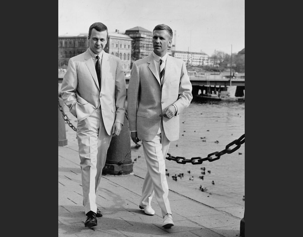 Män i ljusa kostymer