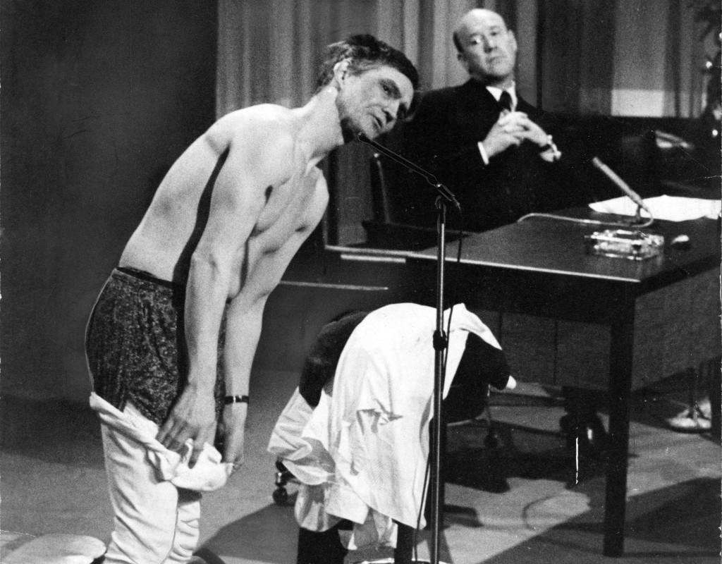 """Det blev liv i luckan när skådespelaren Per Oscarsson strippade i """"Hylands hörna"""" 1966. Foto: KJELL GUSTAFSSON"""