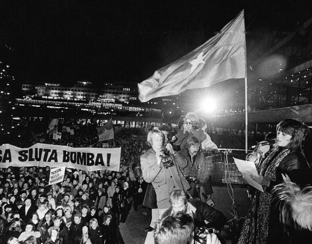 """Barn och vuxna demonstrerar mot Vietnamkriget. I Sverige dominerades rörelsen av """"De förenade FNL-grupperna"""". Här håller den amerikanska skådespelerskan och aktivisten Jane Fonda tal till demonstranterna på Sergels torg i Stockholm."""