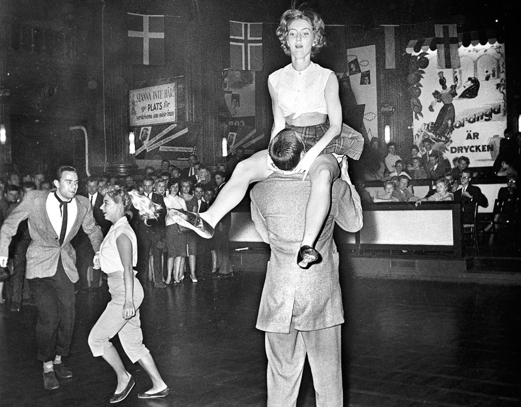 """Jitterbugg på klassiskt danspalats 1959. Nalen grundades redan 1888, men storhetstiden kom med """"Topsy"""" Lindholm. Han gjorde Nalen till Stockholms främsta nöjespalats. Alla var där. Utöver Nalensnajdare med brylkräm och cigarett i mun fanns här de välklädda och raffiga Nalenbrudarna. Foto: ÅKE MALMSTRÖM"""