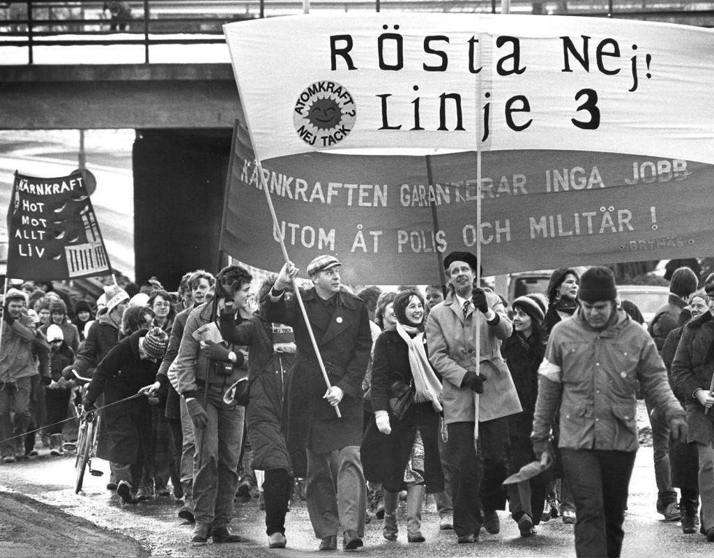 """Den 23 mars 1980 röstar svenskarna om avveckling av kärnkraften. De olika förslagen kallades för linje 1, linje 2 och linje 3. Här ses loggan för linje 3 som innebar avveckling inom 10 år. Linje 2 """"successiv avveckling"""" vann.  Foto: AFTONBLADET"""