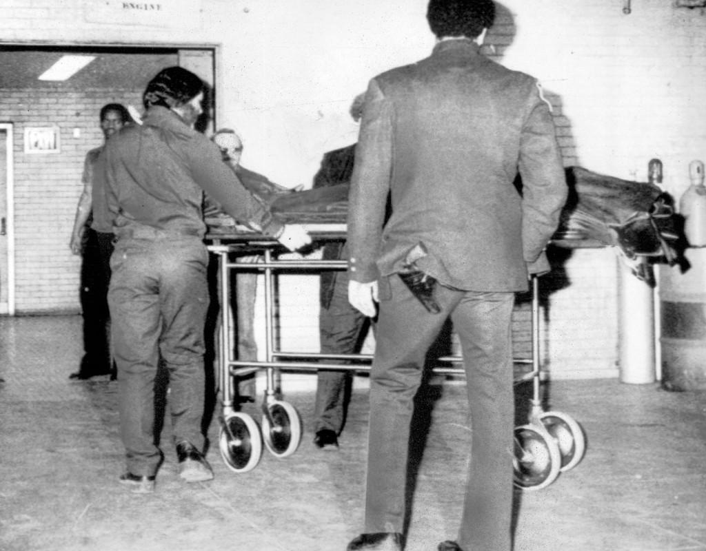 När Beatles frontfigur John Lennon mördas, utanför sitt hem i New York, den 8 december 1980, sörjer hela världen.  Foto: AFTONBLADET ARKIV