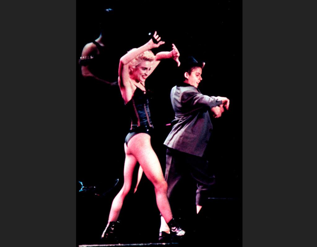 En av 80-talets största artister: Madonna, turnerar i Europa sommaren 1987. Bilden är från en konsert i Paris.  Foto: AP