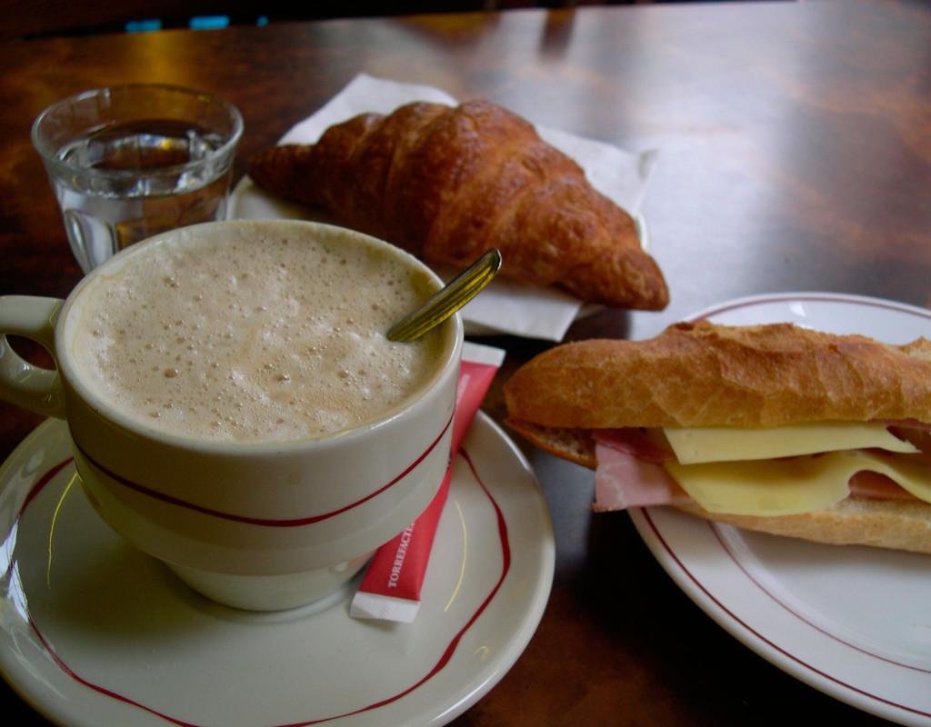 Fika med caffelatte, muffins eller panini