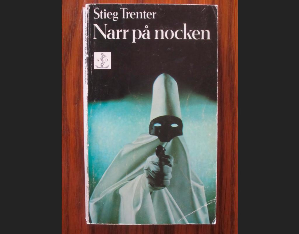 Narr på nocken, Stieg Trenter (1956)