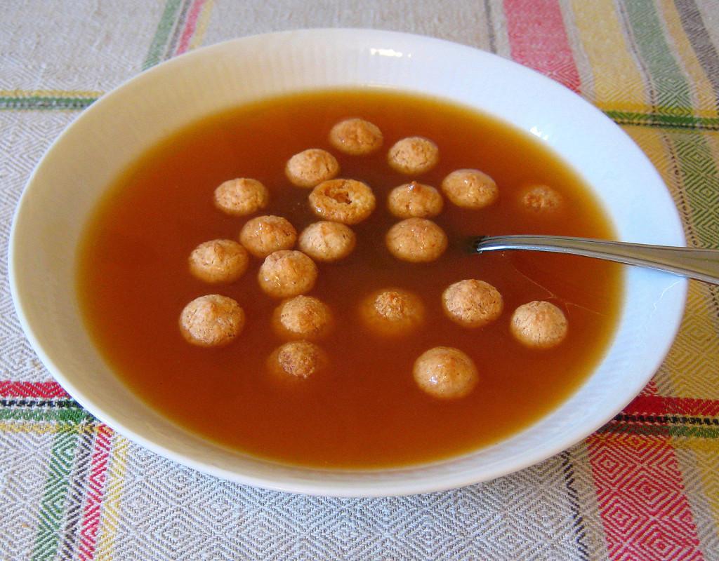 Varm nyponsoppa med mandelbiskvier och grädde