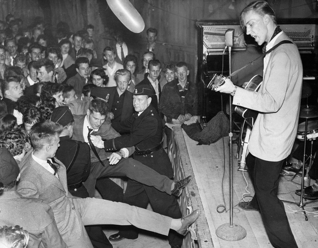 """Rock'n'roll i Norrtälje. """"Rock-Ragge"""" under en konsert i Norrtälje 1959. Ragnar Nygren slog igenom nationellt 1957 som frontfigur i bandet Rock-Ragge & His Four Comets. Första spelningen på Nalen blev en stor succé. Samma år spelade bandet in sin första EP-skiva med Teach You To Rock, Be-Bop-A-Lula, Blue Jean Bop och Ballroom Baby.  Foto: AFTONBLADET/ARKIV"""