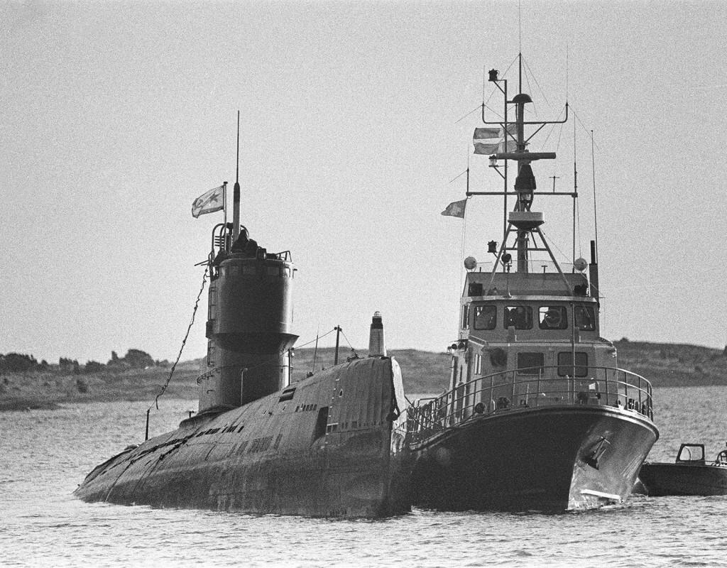 Kränkning av svenskt territorium. En rysk kärnvapenbestyckad u-båt, U137, har gått på grund i Gåsefjärden i Karlskrona skärgård. Oktober 1981. Efter den kränkningen följde år av misstänkta ubåtskränkningar och ubåtsjakt i svensk skärgård. Foto: KAI REHN