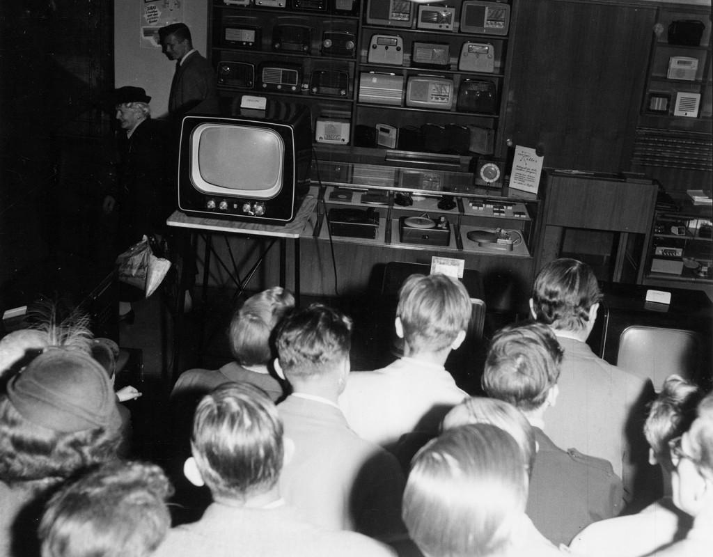 """I maj 1954 genoförs en veckas provsändningar med television från Tekniska högskolan i Stockholm. Det ska dock dröja ytterligare ett par år innan Sverige får sina första ordinarie sändningar. Den 4 september 1956 sänds Sveriges första officiella tv-program, """"Tänker ni rösta?"""" – ett valprogram med Lennart Hyland. Foto: TORE EKHOLM"""