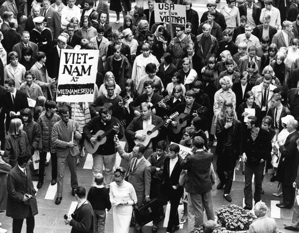 Demonstration mot USA och Vietnamkriget, med bland andra Cornelis Vreeswijk och Fred Åkerström. Hötorget 1965. Foto: ÅKE MALMSTRÖM