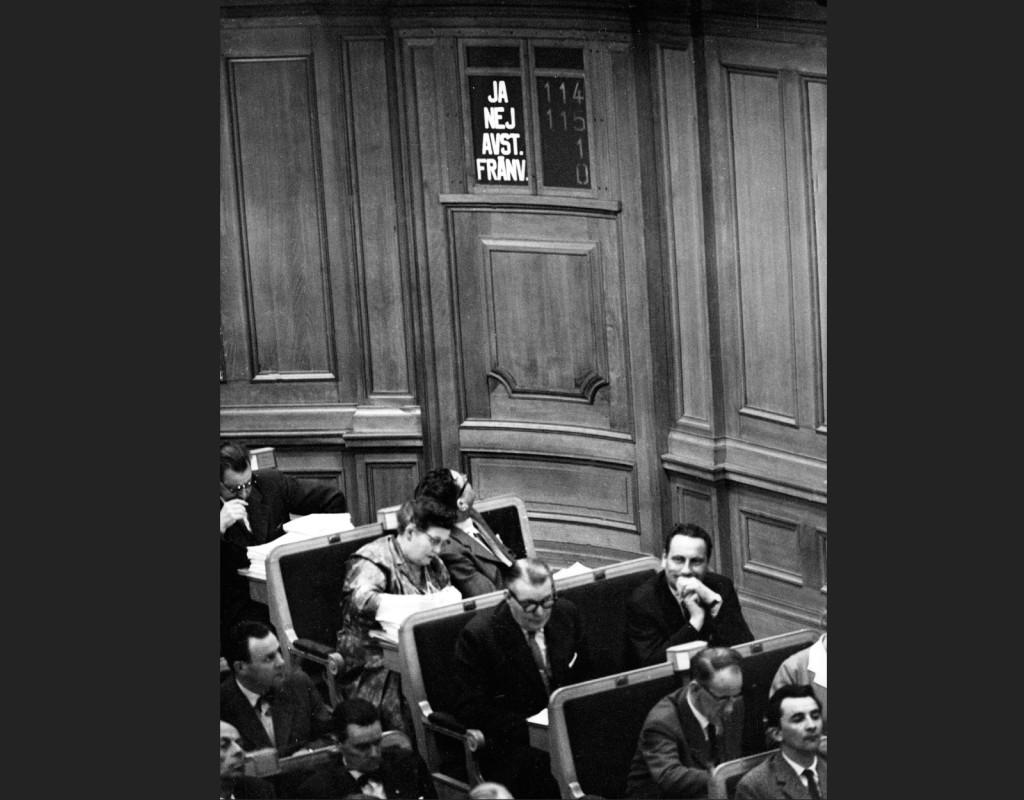 Votering i ATP-frågan. Den 14 maj 1959 godkänner riksdagen regeringens proposition om ATP med röstsiffrorna 115-114. Folkpartisten Ture Königson är den som avgör –genom att här lägga ner sin röst. Det blir hans politiska död. Han får inga nya uppdrag inom folkpartiet förnyades inte och kastas ur riksdagen 1960. Foto: AFTONBLADET/ARKIV