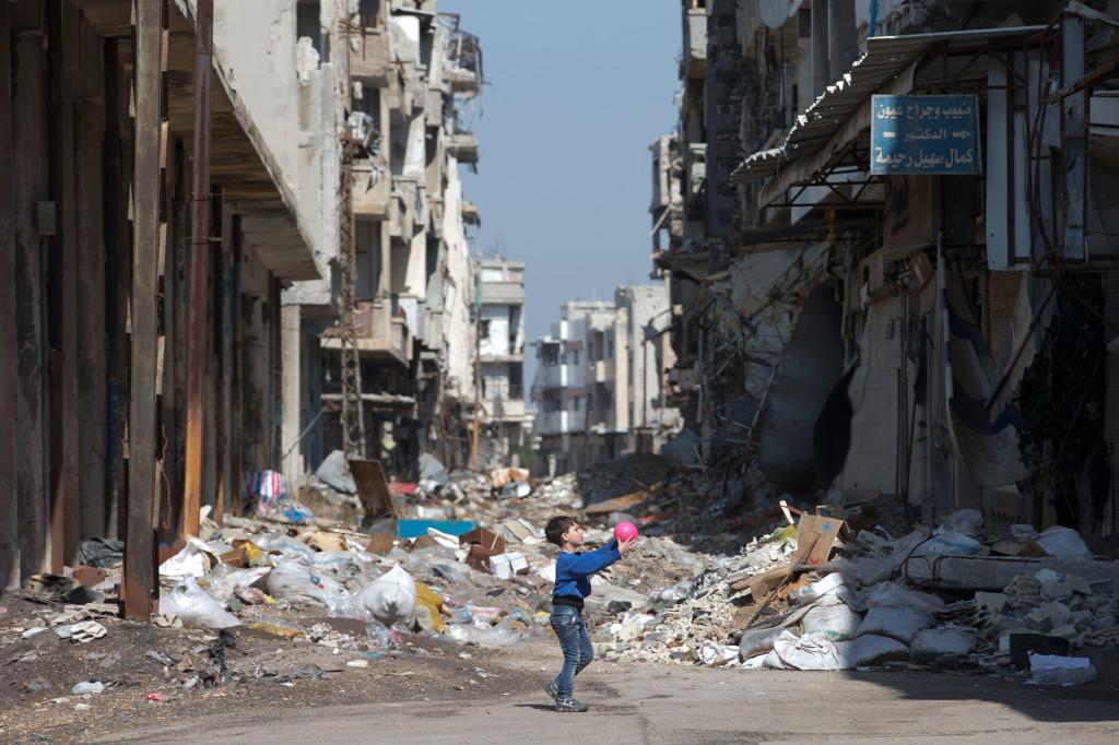 Homs, februari 2016. En pojke leker i ruinerna i staden Homs.